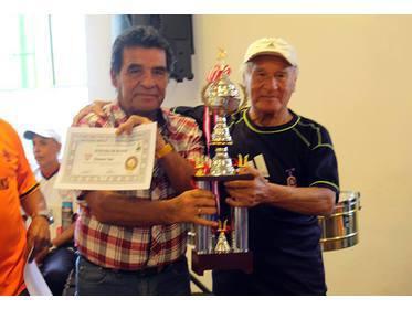 José Burga recibe la copa de Mario Echenique.