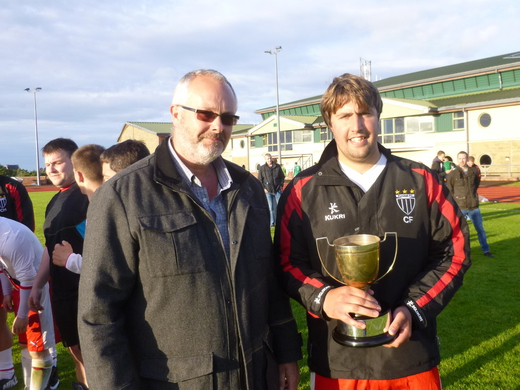 Freddie Tait presents Colin Flett with HIS Heddle Cup
