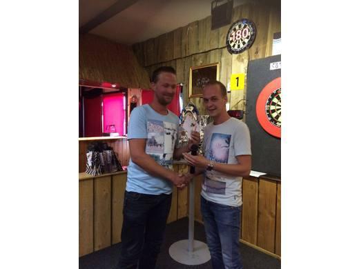 Henk Jelies wordt bedankt als competitieleider van seizoen 2015/2016